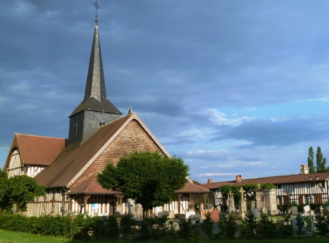 Outines : église et maisons à pans de bois