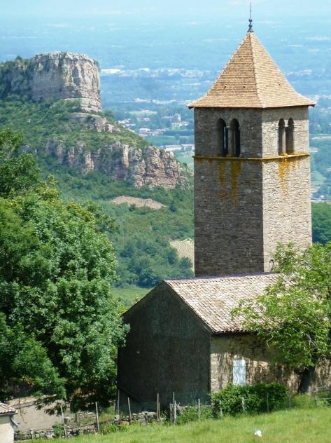 Vue depuis la Grange aux Bois sur le prieuré et la roche de Solutré