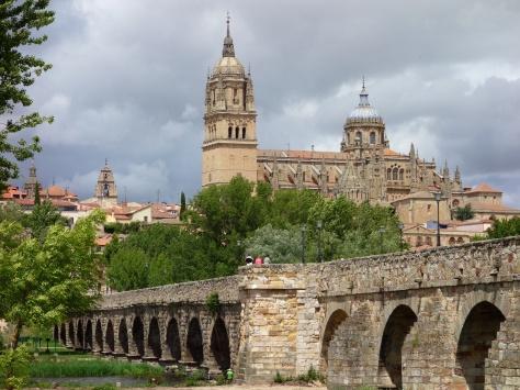 Salamanque. Le pont romain et la cathédrale