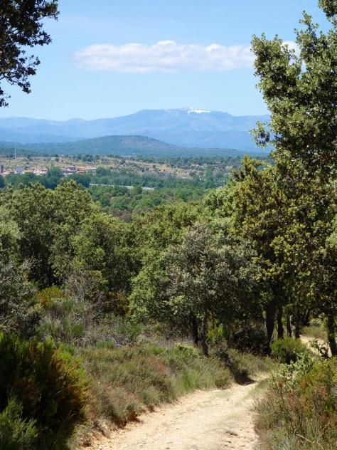 Arrivée à Rionegro del Puente avec la Sierra de la Cabrera en vue