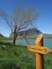 Le lac de Piana degli Albanesi et le mont Kumeta