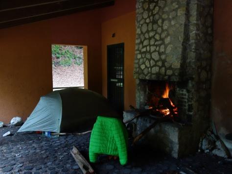 Les bonnes soirées au refuge de Forcetelle, assis sur un fauteuil et devant un feu de cheminée.